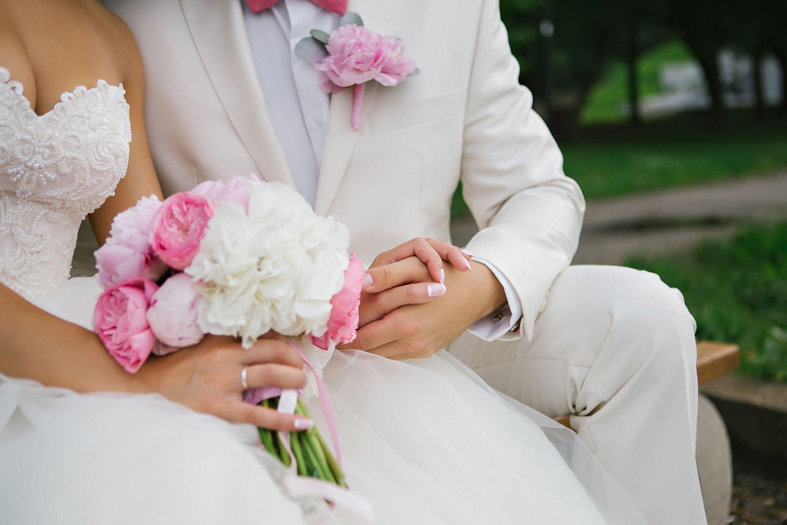 Фото бутоньерка на свадьбу из пионов